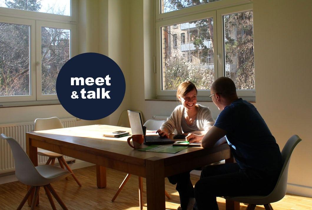 2 Kollegen im Büro am Besprechungstisch