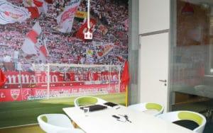 Besprechungsraum mit VfB-Fotowand - brickfox Karriere