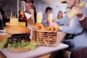 Mittagspause - Burger und Pommes - Arbeiten bei brickfox