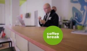 Kollege macht Kaffeepause im brickfox-Büro