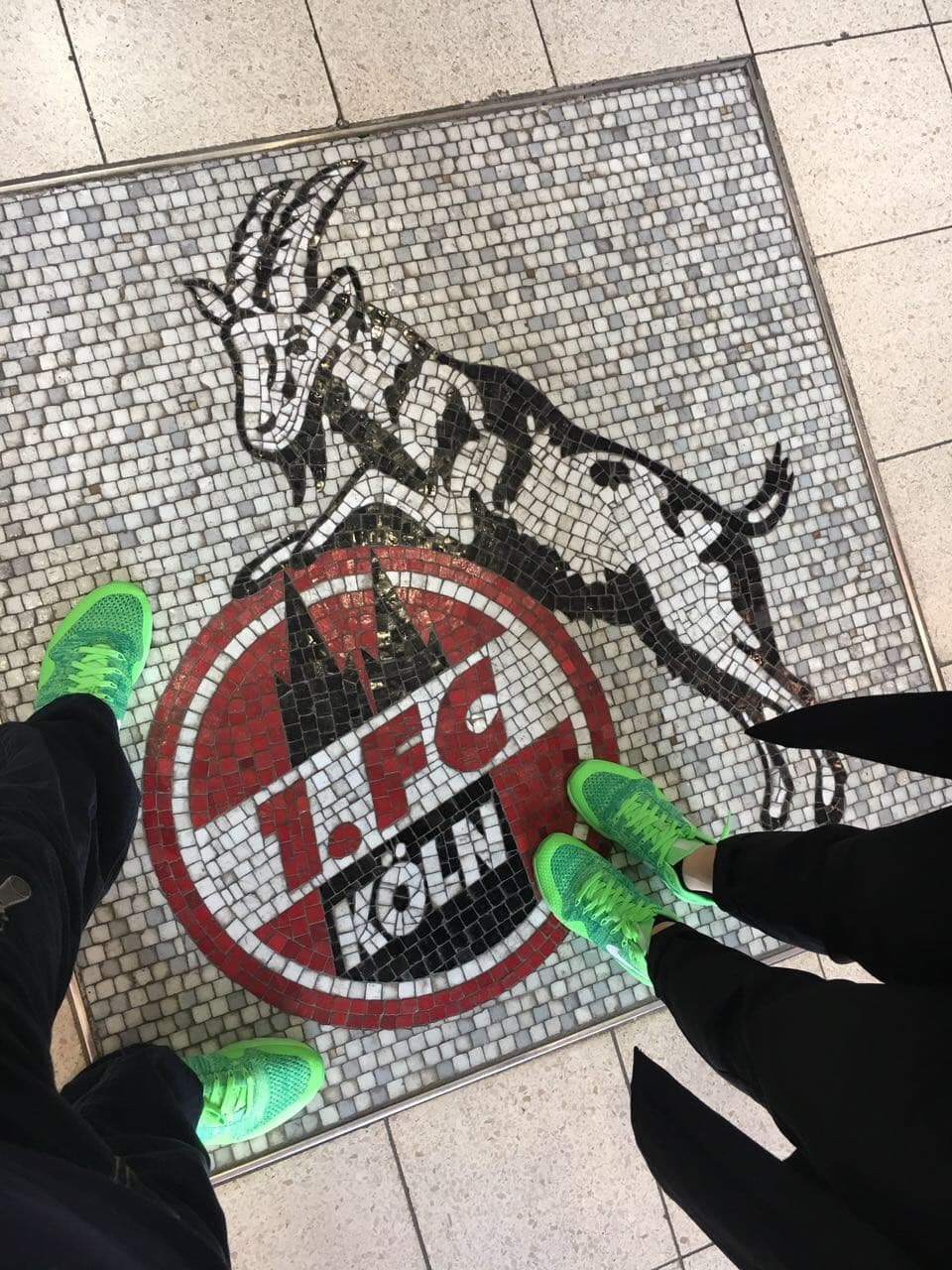 Schuhe auf Boden mit 1.FC Köln Logo