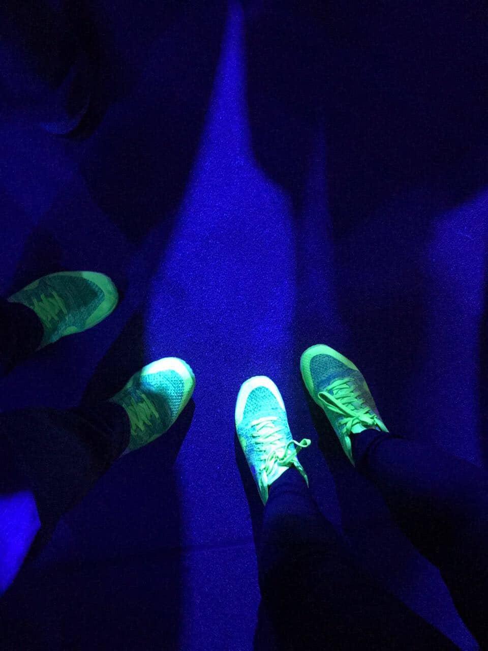 Schuhe auf Boden am Shopware Community Day