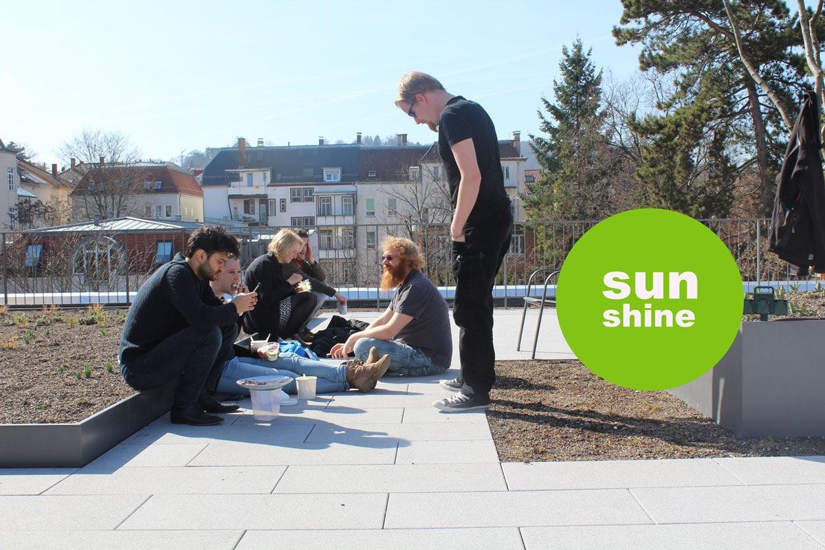 Arbeitskollegen auf der Dachterrasse - Arbeiten bei brickfox